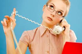 困惑した表情で電話でしゃべる女性