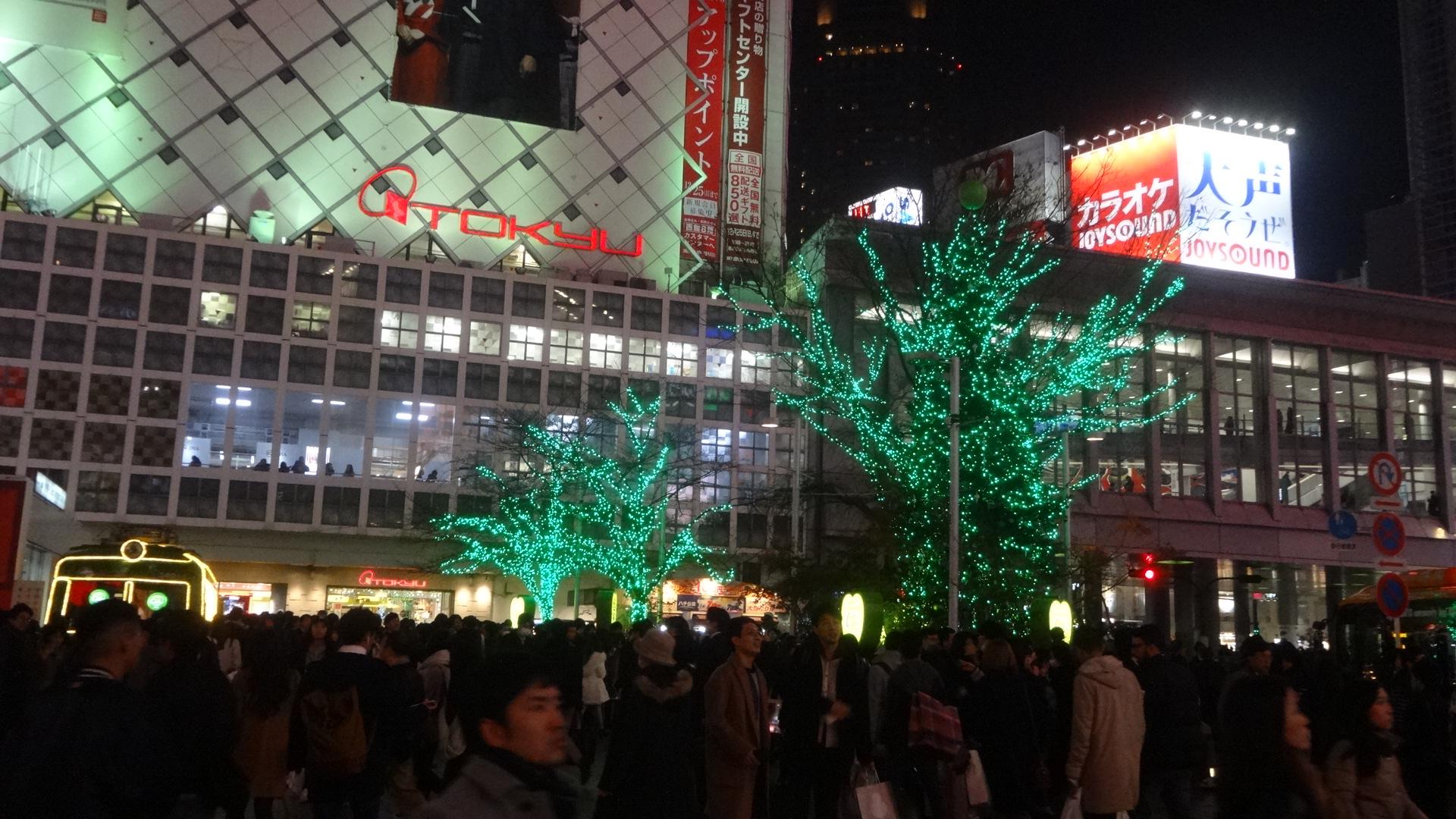 夜の渋谷駅前の雑踏