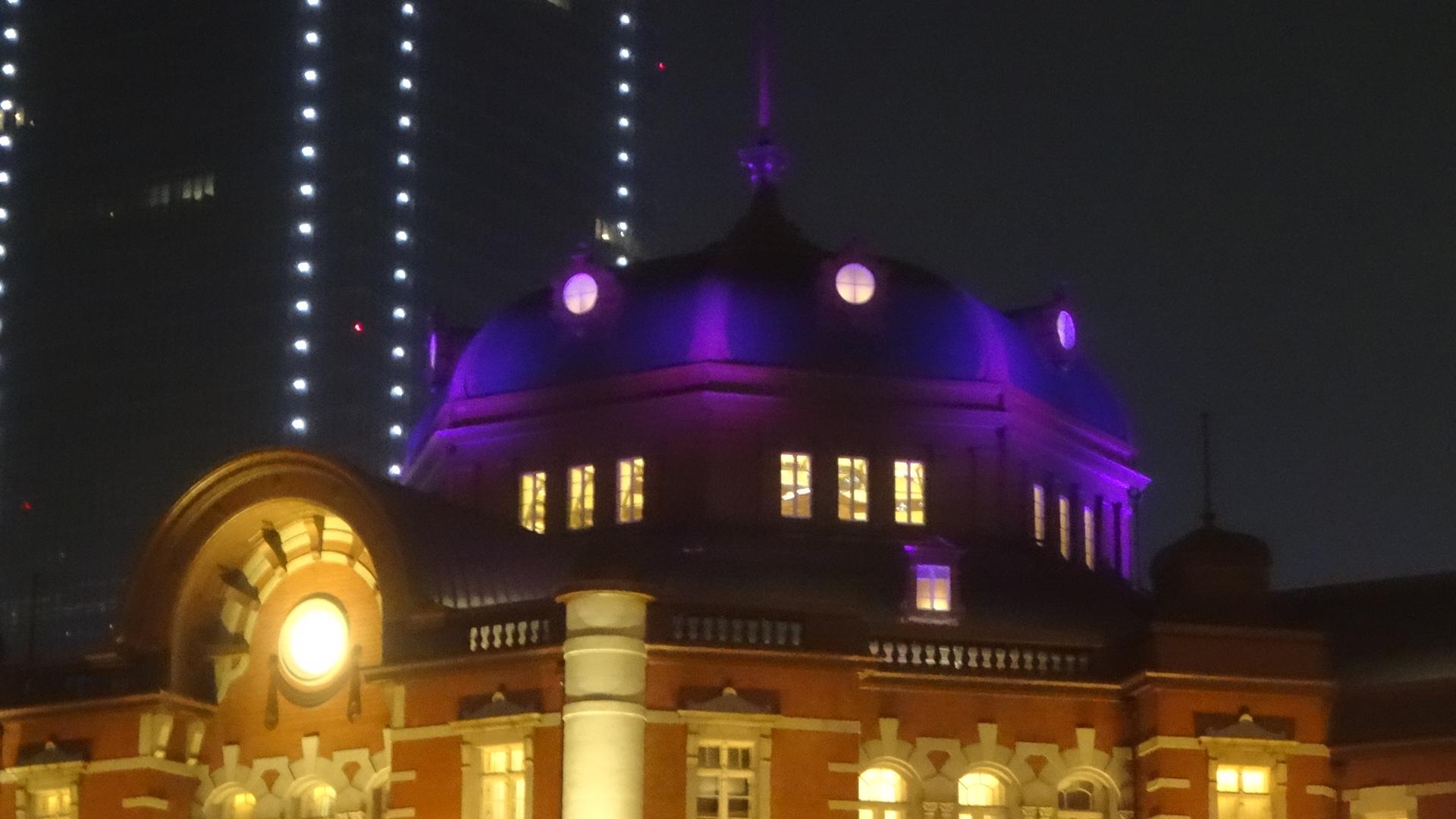 紫のライトをまとい 幻想的に浮かび上がる駅舎