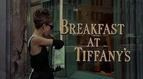 テイファニーの前で朝食を食べるオードリー・ヘップバーン