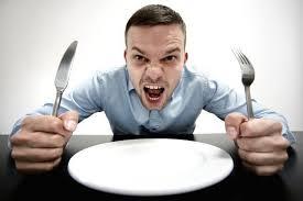 空の皿を前に食べたそうな表情をしている人