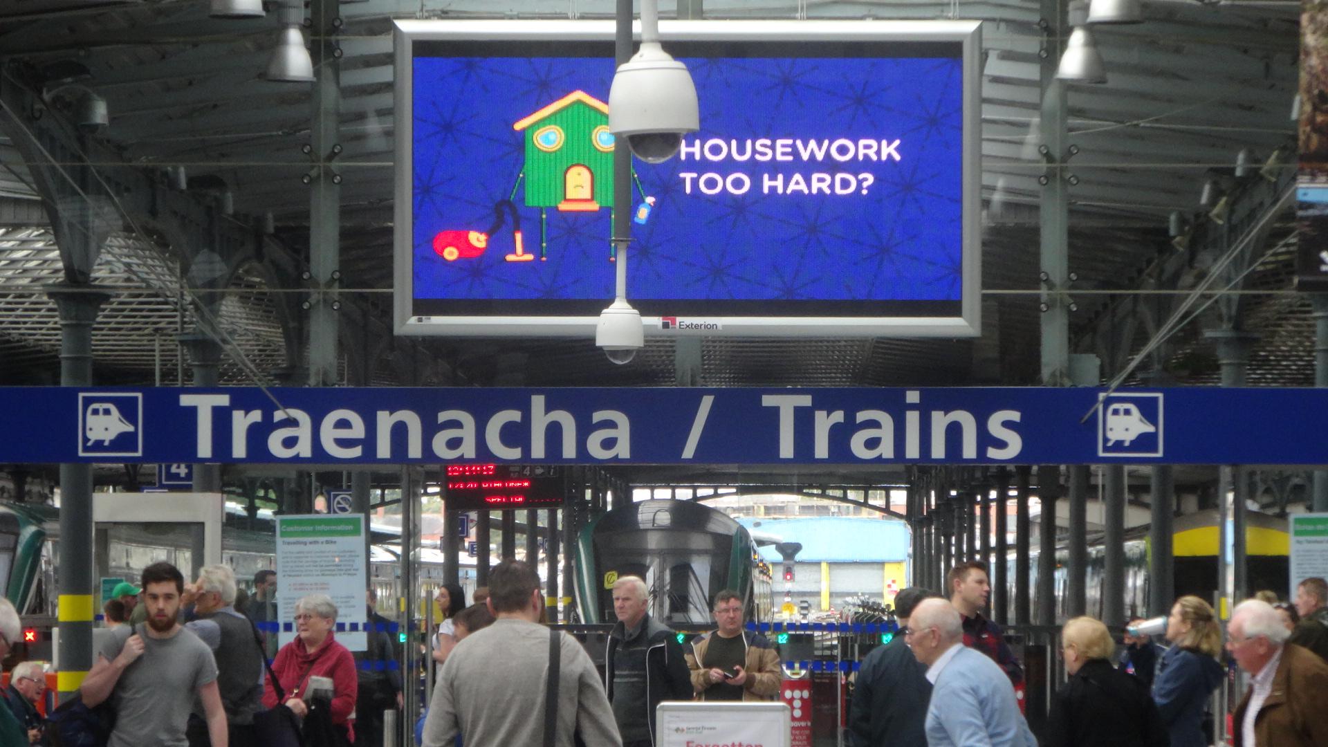 駅の案内表示に過書かれたゲール語と英語