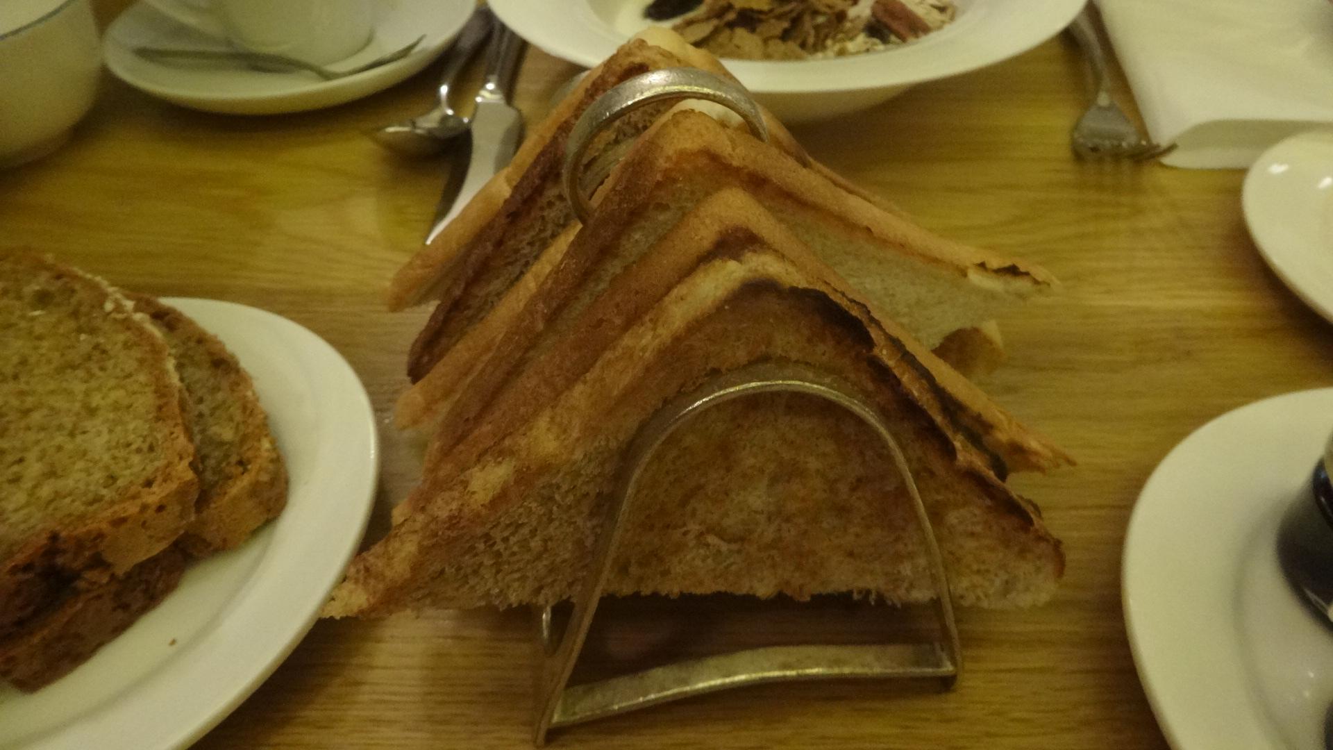 トースト立て手に建てられた薄切りトースト