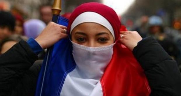 フランス国旗をブルガとして頭に巻く女性