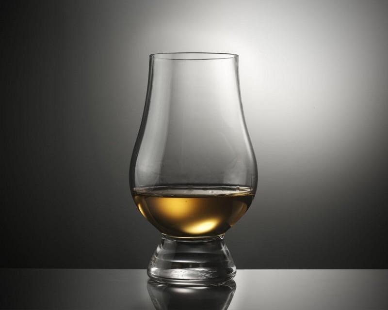 ウイスキーが注がれたショットグラス