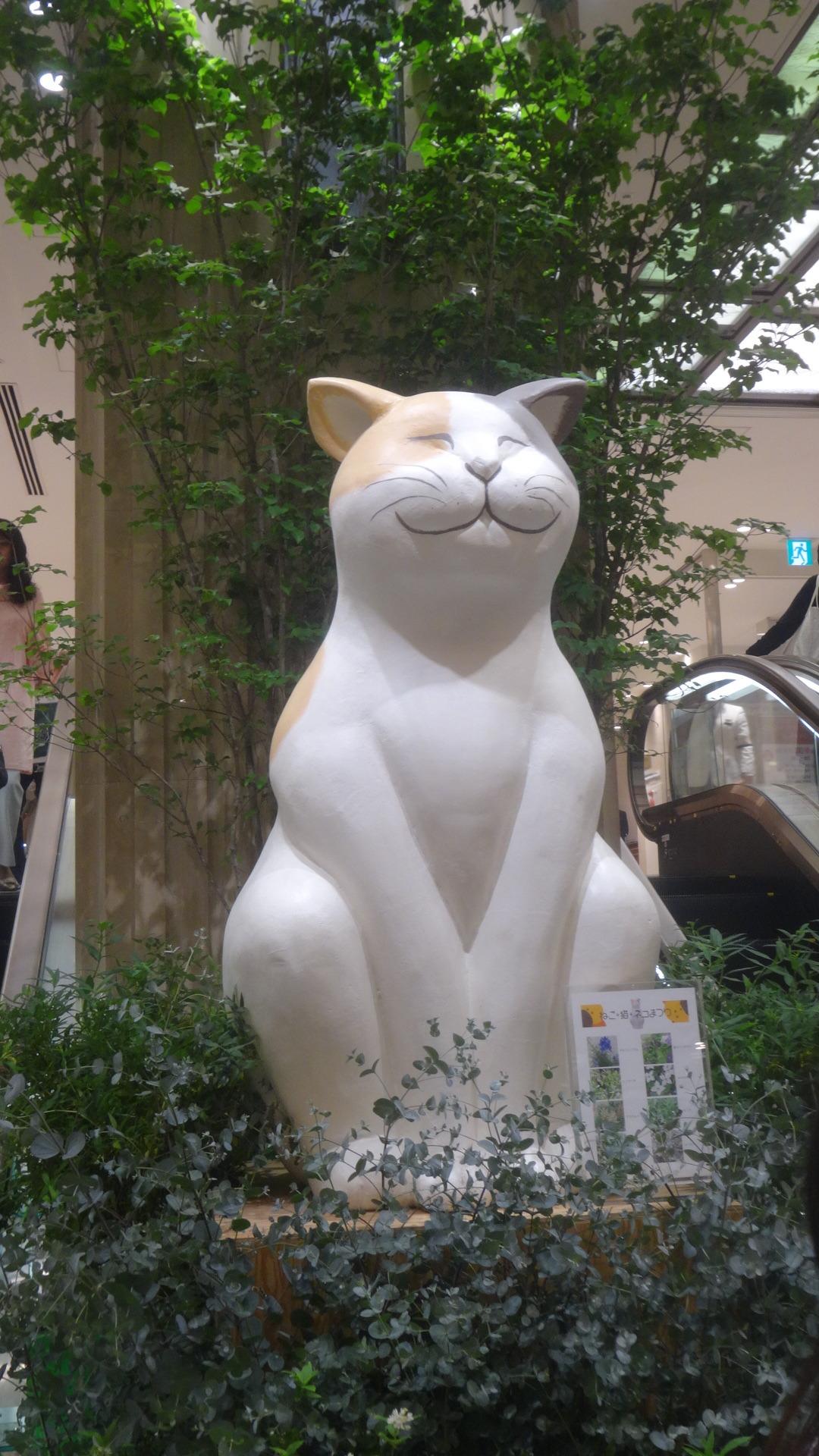 大きな猫のオブジェ