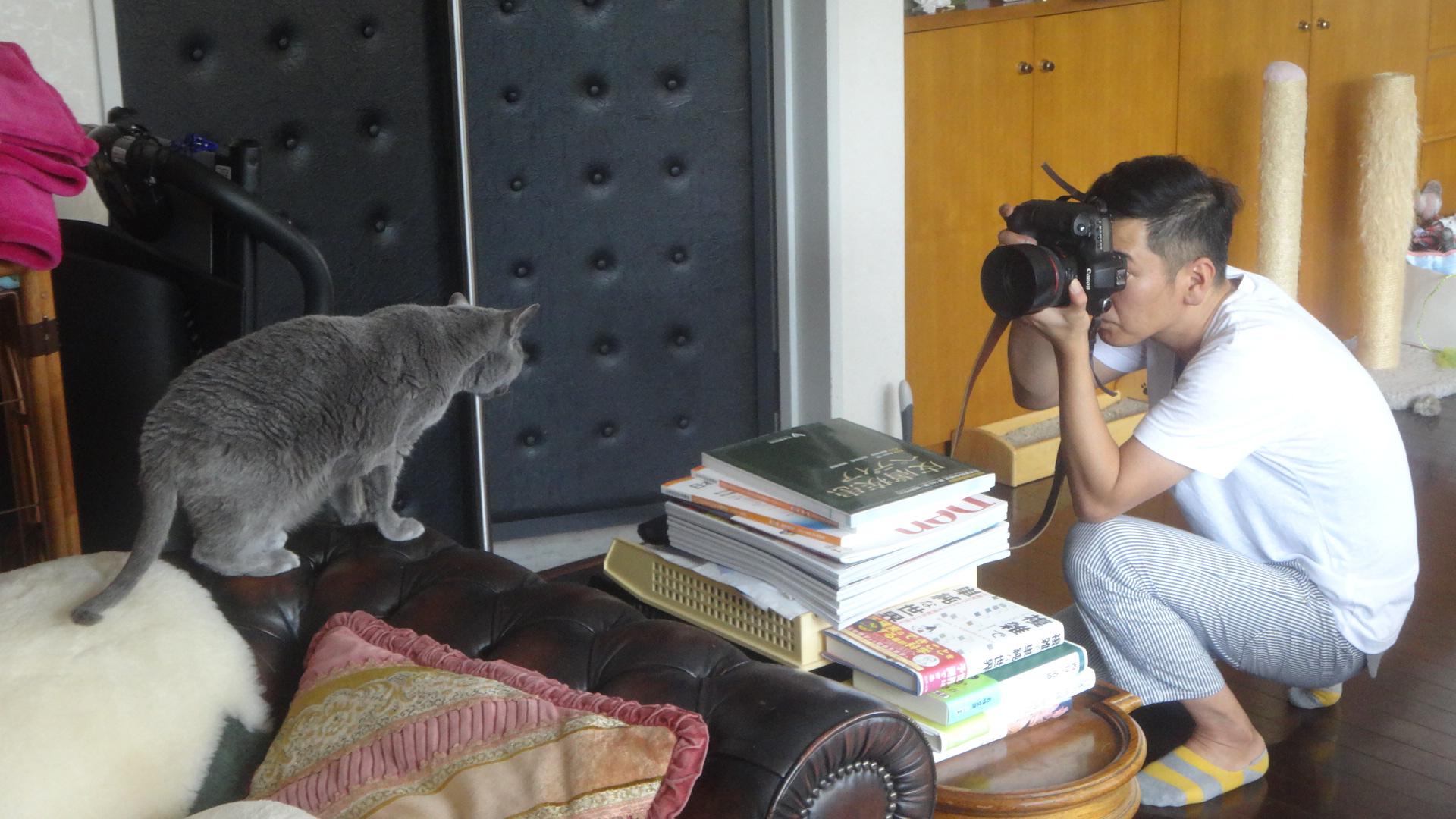 カメラを見るデイジー