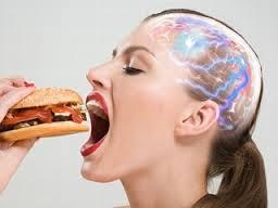 ハンバーガーを食べている人の脳内で活発に伝達されている電気信号