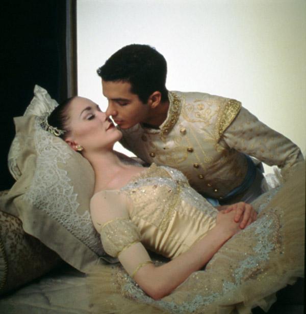 オーロラ姫が王子のキスにより 長い眠りから目覚めるシーン