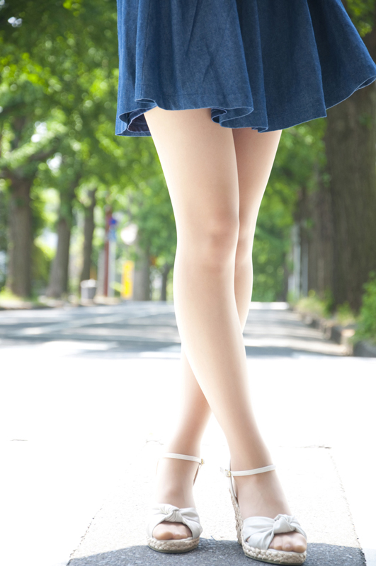 両足をクロスしてポーズをとられているモデルさん