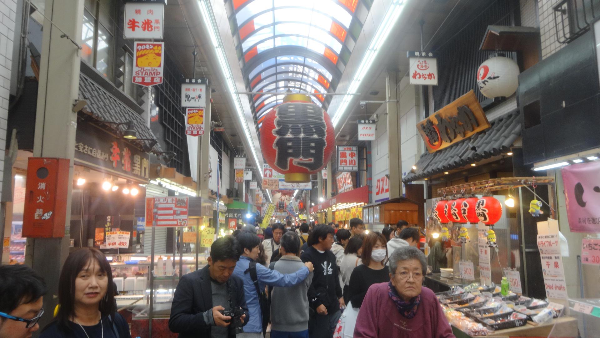 大勢の観光客でにぎわう市場の内部の様子
