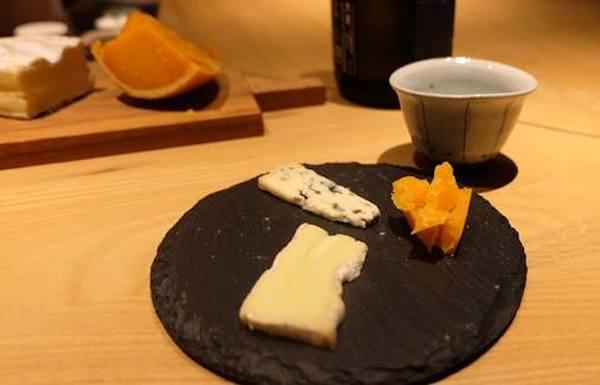 チーズと日本酒の写真