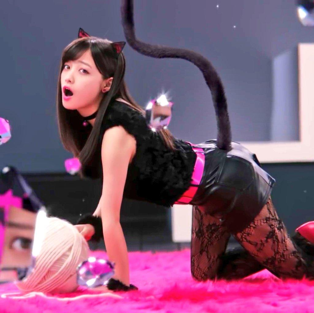 黒ネコ小悪魔のコスチュームを着た若い女性