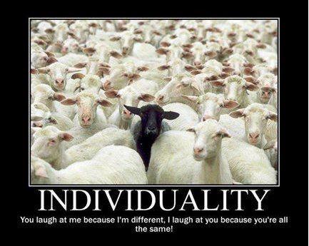 白羊の群れの中の1匹の黒羊の写真の下に「個性」と書かれたポスター