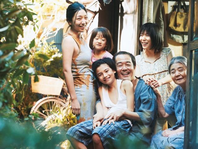 映画「万引き家族」の一場面