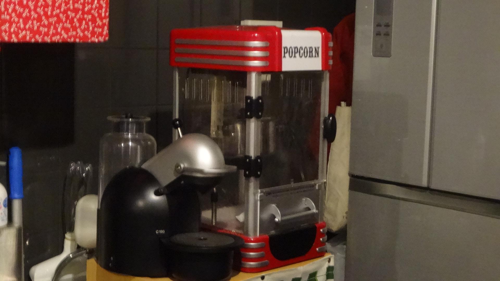 カウンターの奥にあるポップコーンマシン