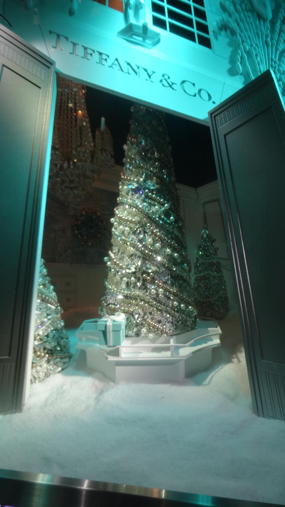テイファニーのしょショーウインドウに飾れていた小さなクリスマスツリー