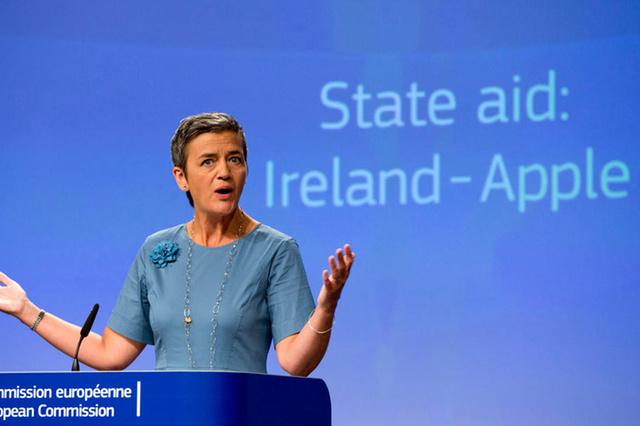 記者会見でアイルランドとAppleに追徴課税の訴訟を起こしたことを説明するEUの担当者