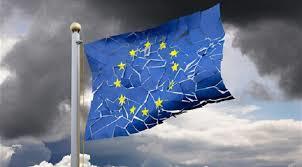 ひびわれつつあるEUを象徴する破れたEUの旗