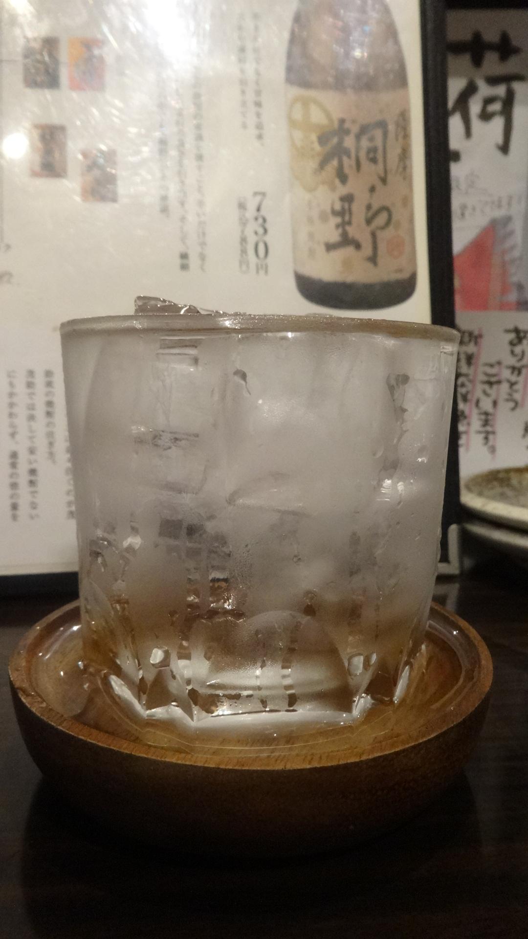 溢れんばかりにグラスに注がれた焼酎