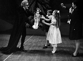 クララにくるみ割り人形をプレゼントするドロッセルマイヤー