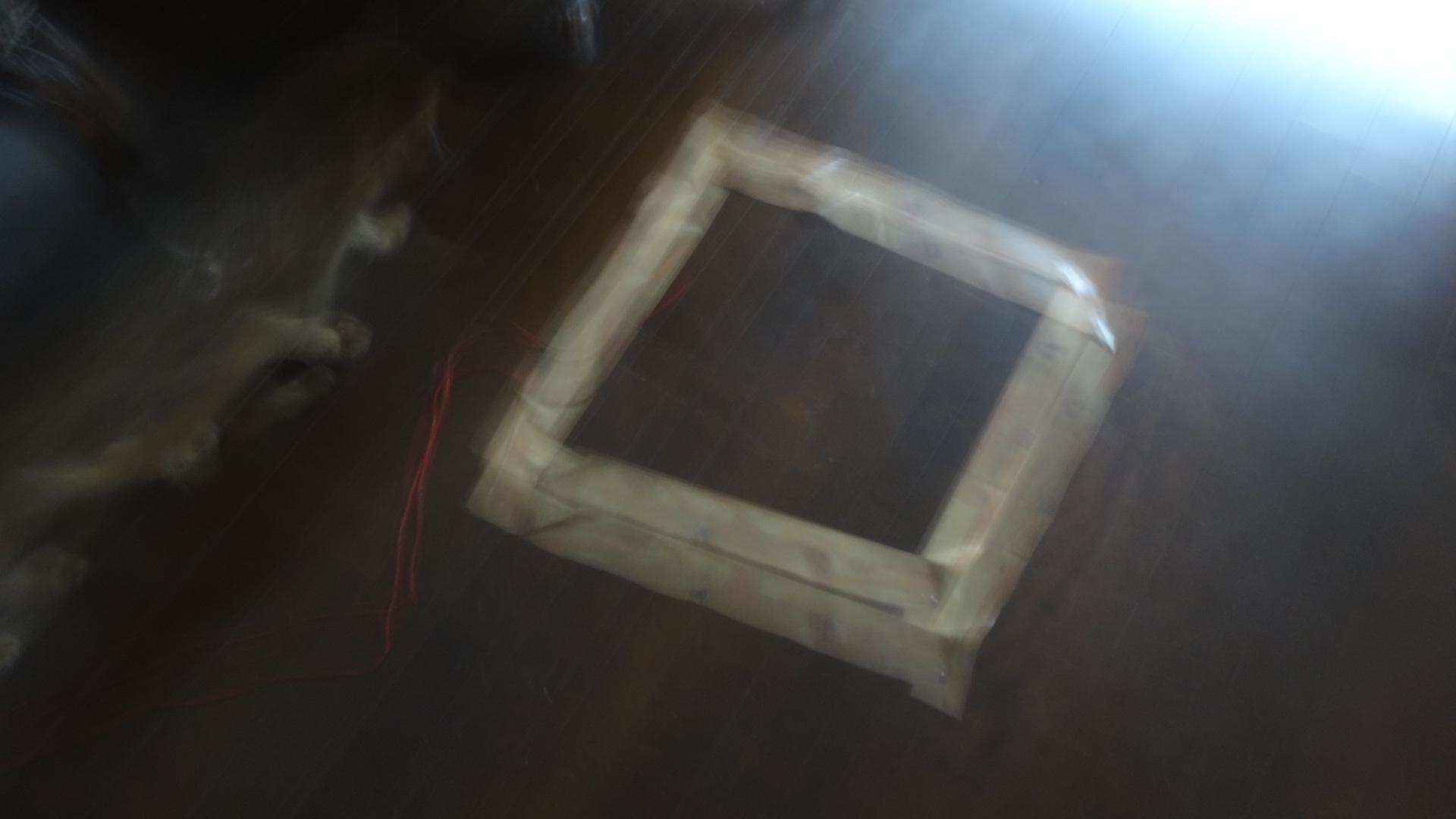 床に四角に張られたテープ