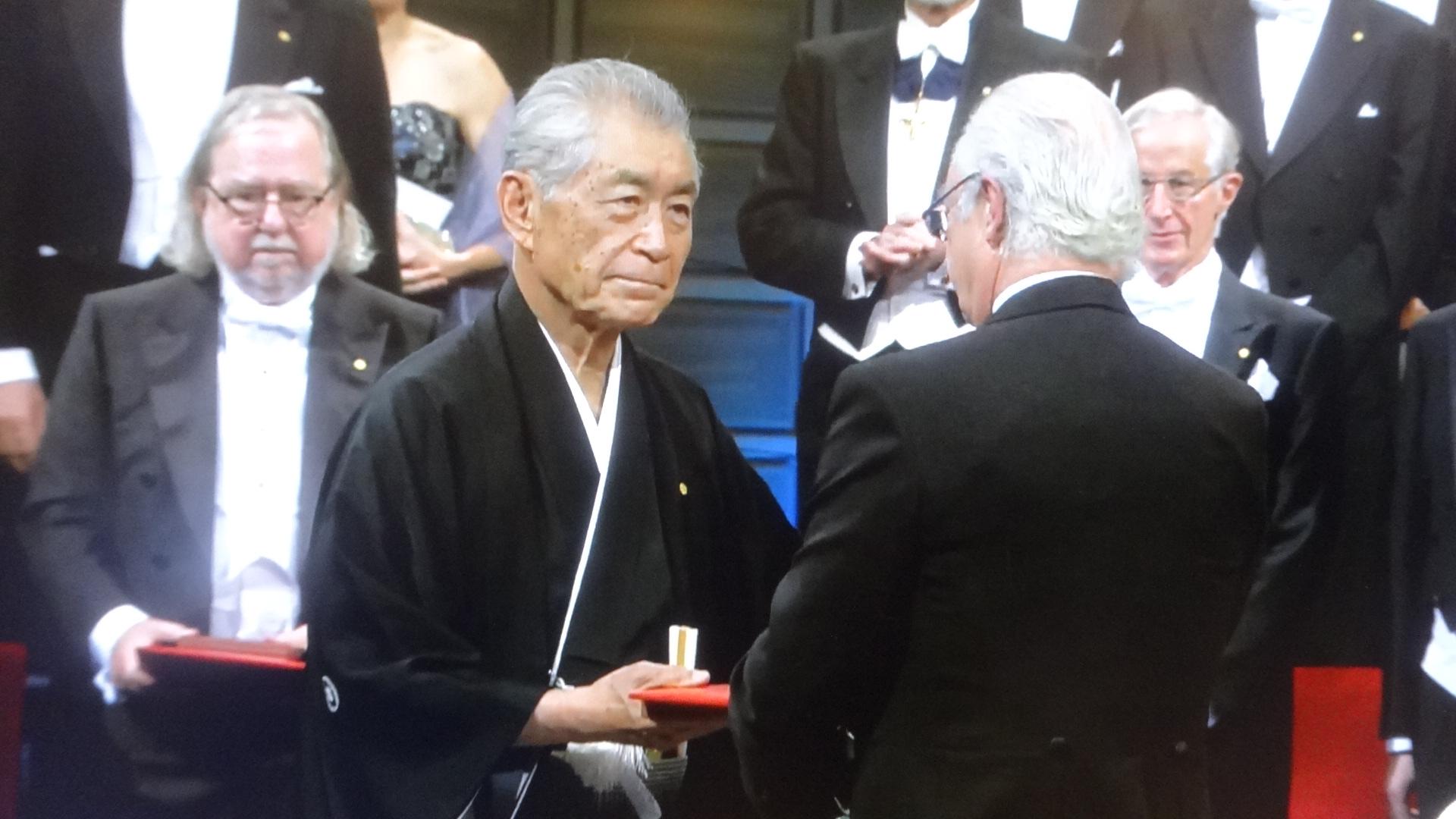 グスタフ国王から直々にメダルと賞状を渡される本庶先生