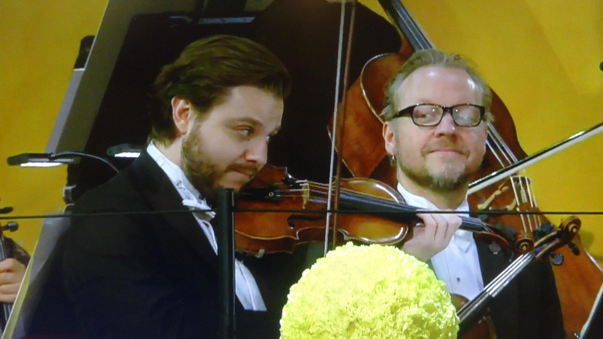 もの哀し気にワンフレーズ演奏するバイオリニスト