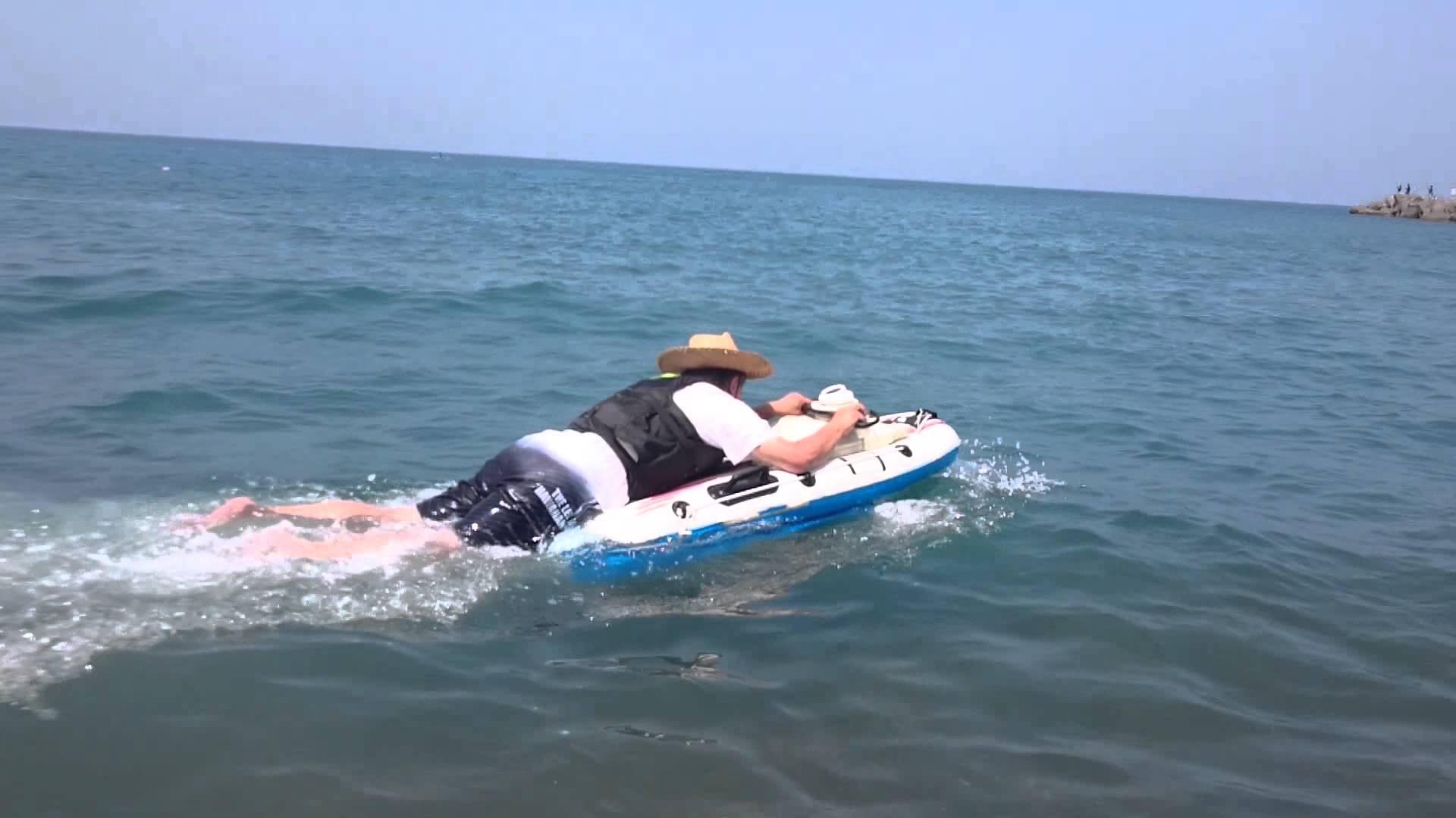 ボートが沈まないように必死でこぎ続ける庶民の姿