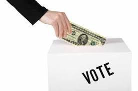 選挙の投票箱にドル紙幣を投じる人の姿