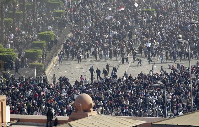 暴徒化する大規模なデモに参加する多くの人々の姿