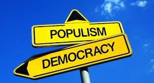 民主主義と書かれた看板の上に置かれるポピュリズムと書かれた看板