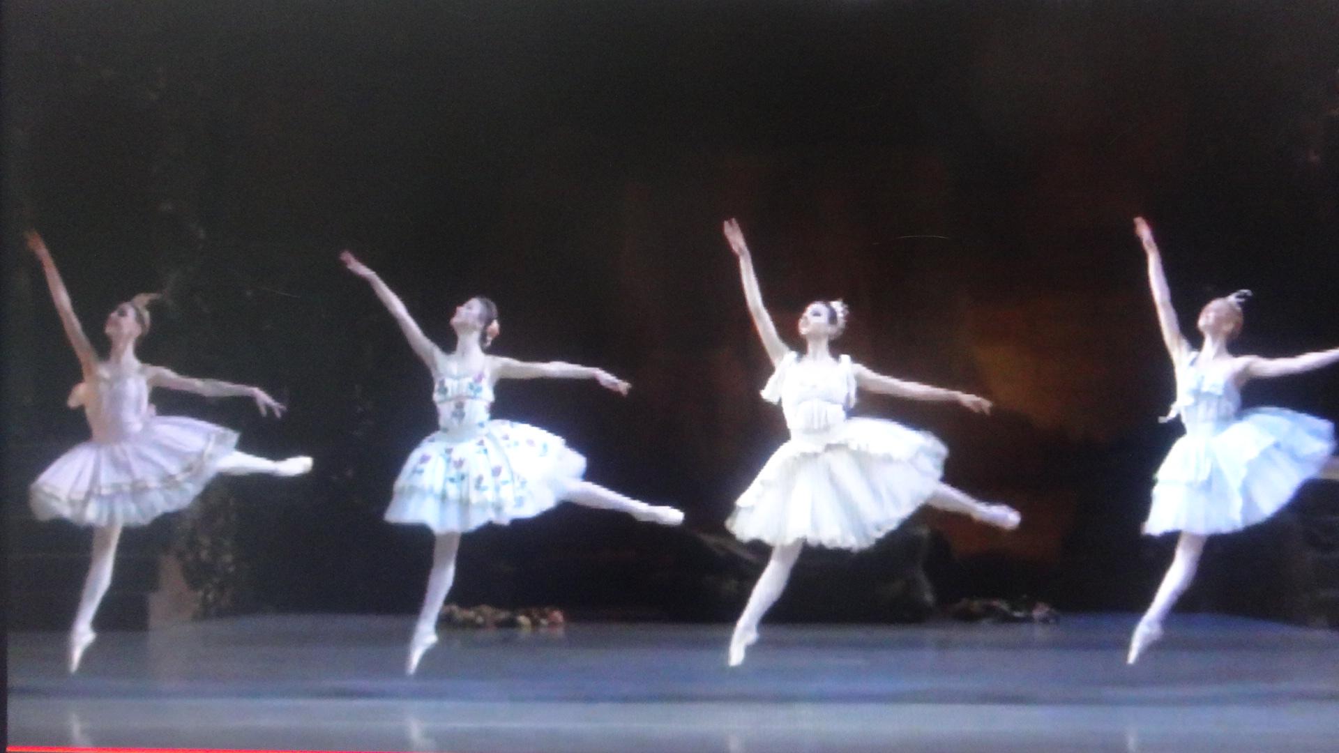 4人の踊る姿