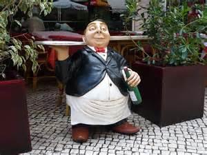 店の前に置かれた太ったウエイターの等身大の人形