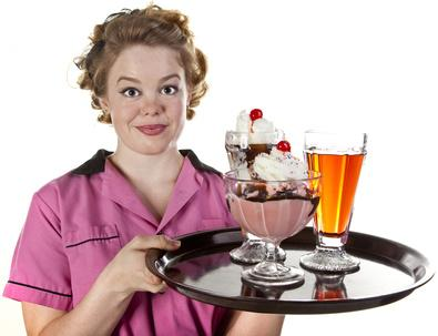 デザートを運ぶ太った女性のウエイター