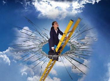 ガラスの天井を打ち破り上に出た女性のイメージ写真