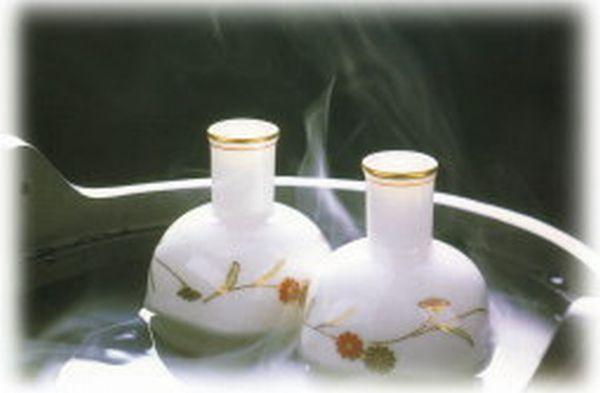 湯の中で温められている燗酒