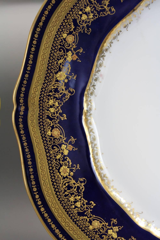 24金を用いた深いブルーの周りを 燦然と輝く優雅な装飾