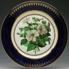 深いブルーの周りを 燦然と輝く優雅な装飾が施されたお皿