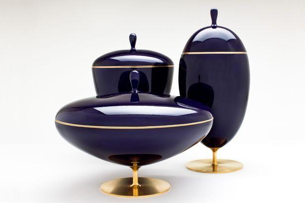 シンプルな濃紺と陶器