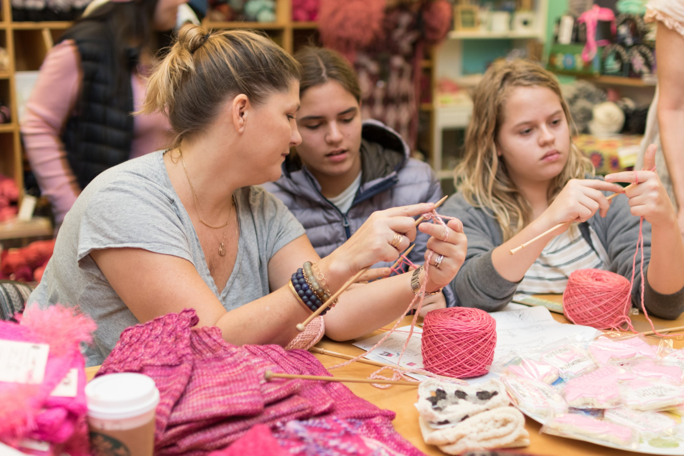 帽子を編む人たち