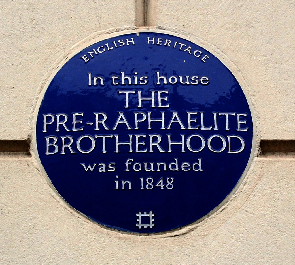 ラファエル前派兄弟団(P.R.B.)が1848年に結成されたことが記された表示
