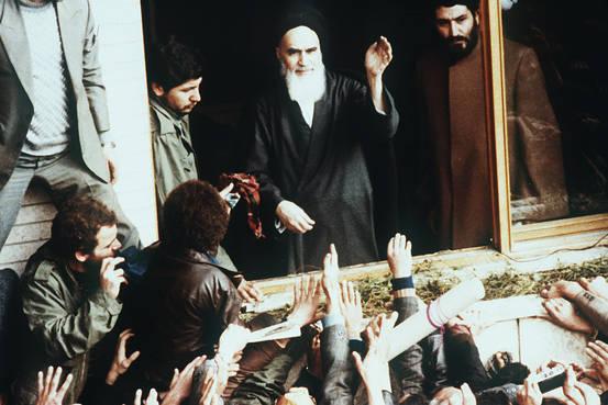 演説するホメイニ師の写真