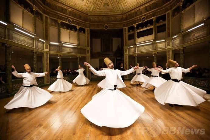 メブラーナの廻旋舞踏を踊る様子