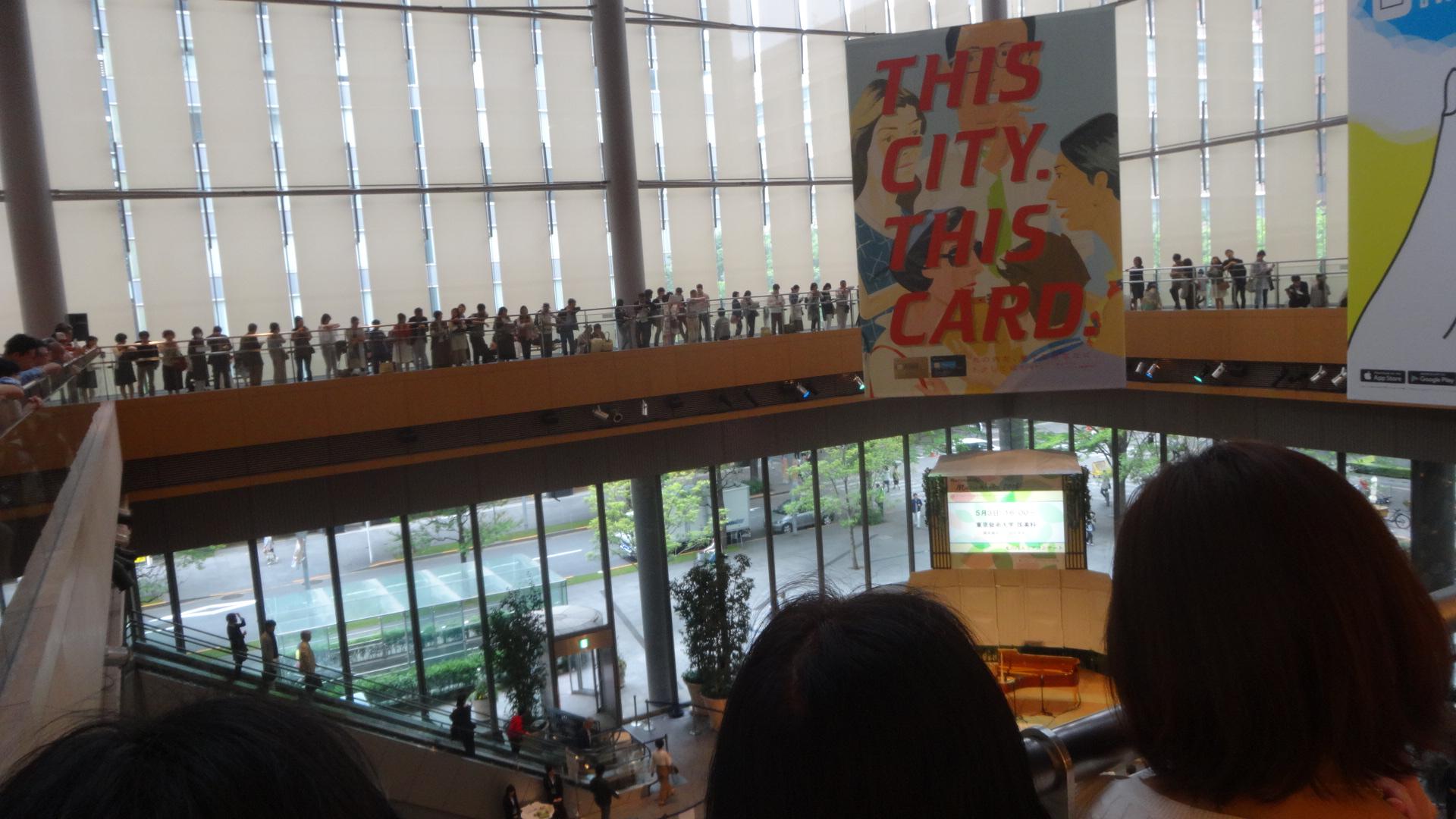 3階からステージを眺める多くの人たち