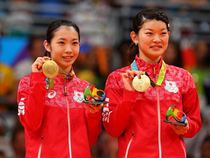 金メダルを手に喜ぶ高松ペア