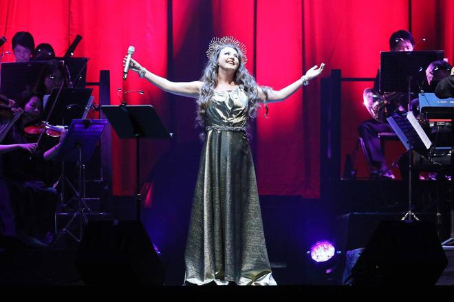 ステージで歌うサラ