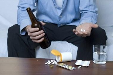 睡眠薬とアルコールの併用の危険性を勧告するポスター