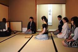 儀式のように茶道の稽古をする人たち