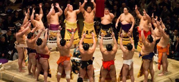 相撲の土俵入りの写真